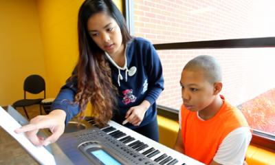 kids learning piano